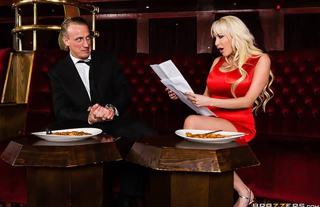Brazzers Блондинка пришла в кафе что бы пропустить бокал вина а пропустила жаркий трах через себя