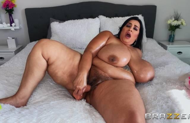 Толстая баба ласкает руками свои огромные дойки.