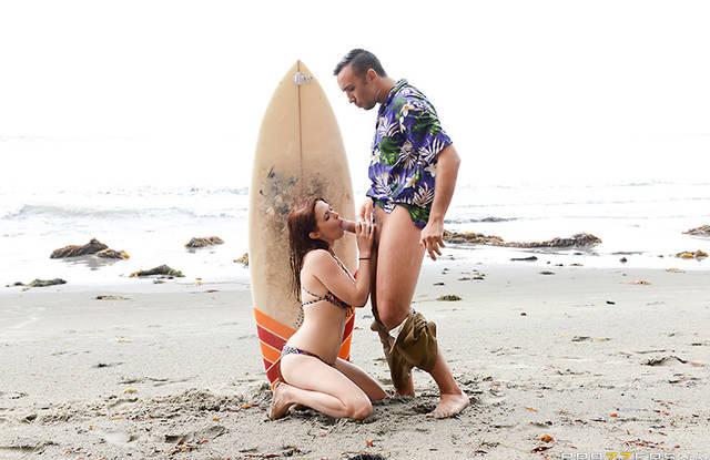 Прекрасный секс возле моря с не знакомой дамочкой