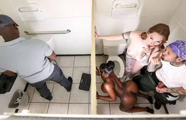 Простой сантехник трахает в туалете  жарких и не знакомых лесбиянок.