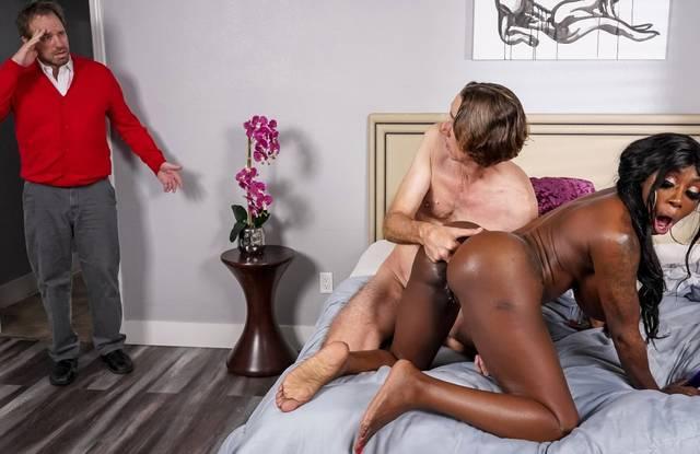Зрелая негритянка в спальне изменяет мужу с его другом и кончает от глубокого анала