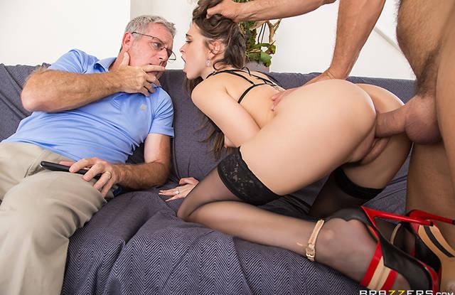 Молодая блондинка в чулках жарко трахнулась и изменила мужу