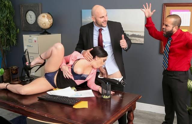 Босс изменяет жене с секретаршей брюнеткой прямо в офисе и трахает ее после минета