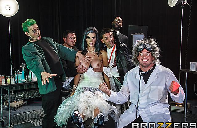 Brazzers: Фильм ужасов про измену жены с тремя монстрами