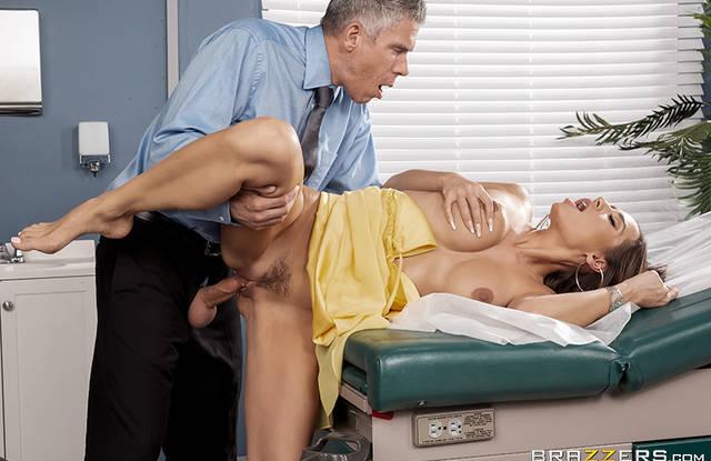 Доктор трахает красивою пациентку во всех позах и кончает ей на лицо